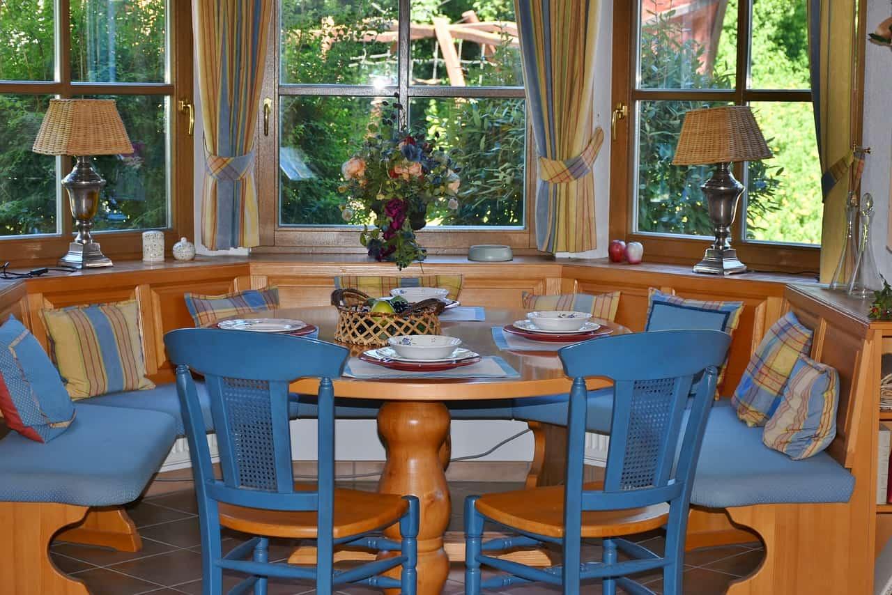 כיסאות ליד שולחן