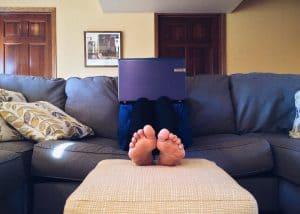 איש יושב על ספה