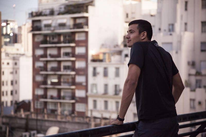 איש במרפסת