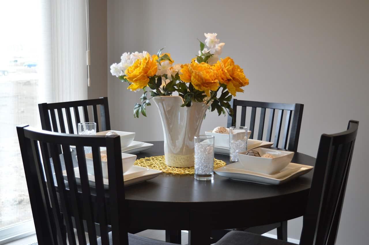 כיסאות ושולחן