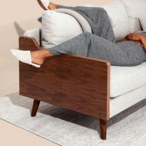 אישה שוכבת על ספה / מיטה